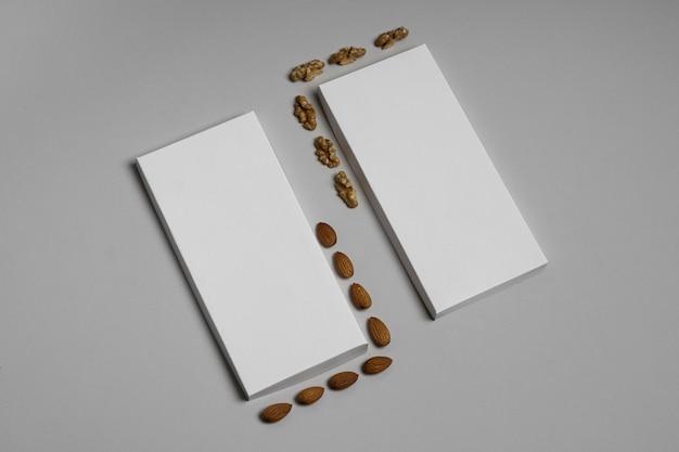 Hoge hoek van twee lege chocoladerepenpakketten met noten