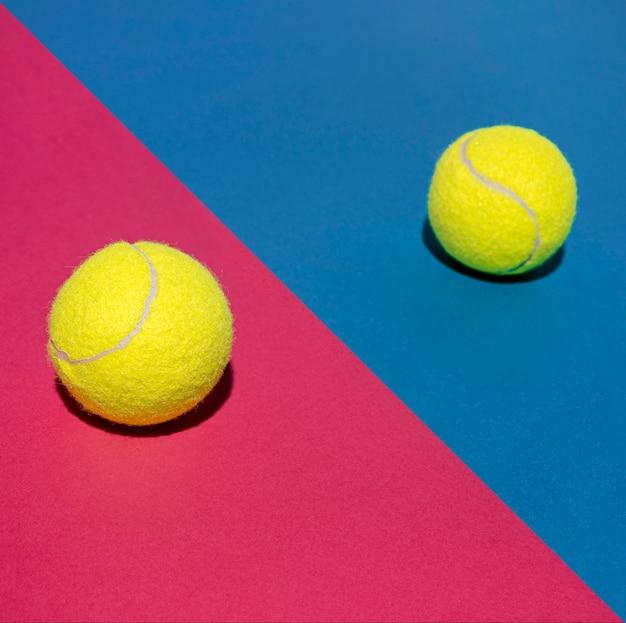 Hoge hoek van twee tennisballen
