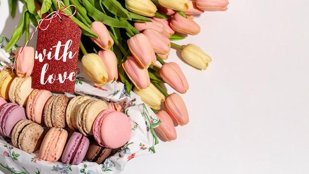 Hoge hoek van valentijnskaartentulpen en macarons