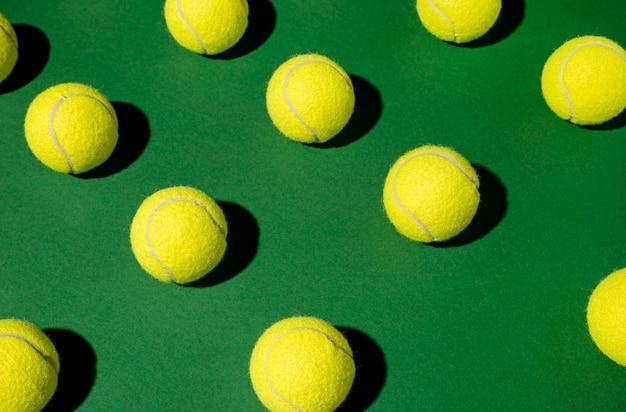 Hoge hoek van veel tennisballen