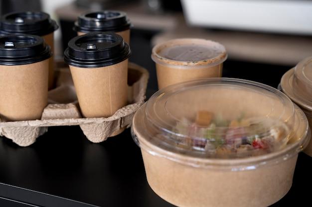 Hoge hoek van verpakt voedsel bereid voor afhaalmaaltijden