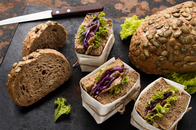 Hoge hoek van verpakte saladesandwiches met brood