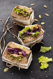 Hoge hoek van verpakte saladesandwiches
