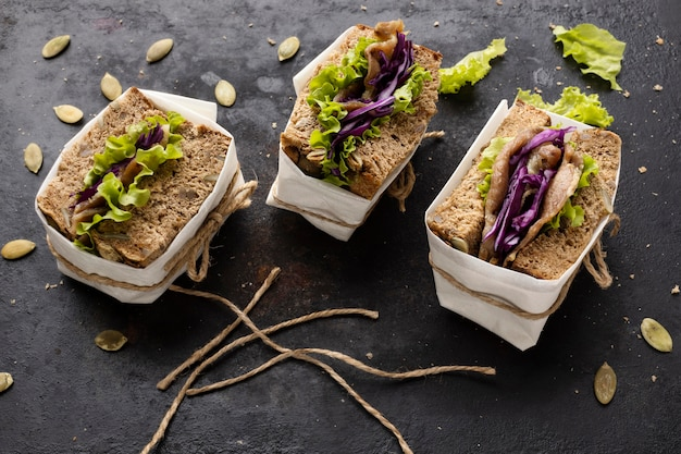 Hoge hoek van verpakte sandwiches met salade