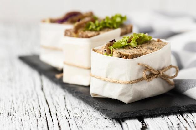 Hoge hoek van verpakte sandwiches op leisteen