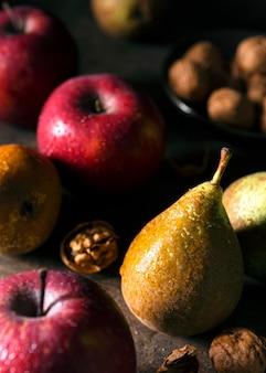 Hoge hoek van verschillende herfstvruchten en noten