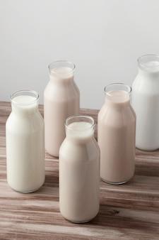 Hoge hoek van verschillende soorten melk in flessen