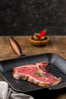 Hoge hoek van vlees in de pan met kruiden
