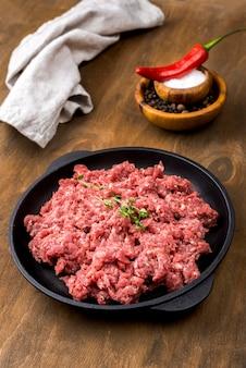 Hoge hoek van vlees met chili en specerijen