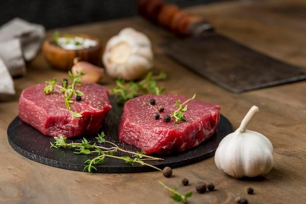 Hoge hoek van vlees met kruiden en knoflook