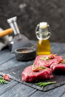 Hoge hoek van vlees met olie en kruiden