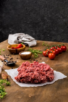 Hoge hoek van vlees met tomaten en kruiden