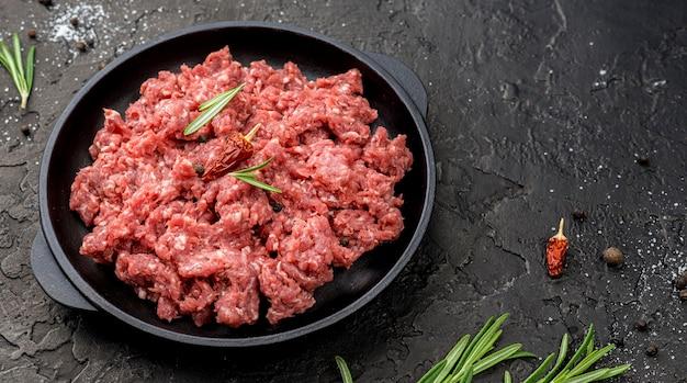 Hoge hoek van vlees op plaat met kruiden