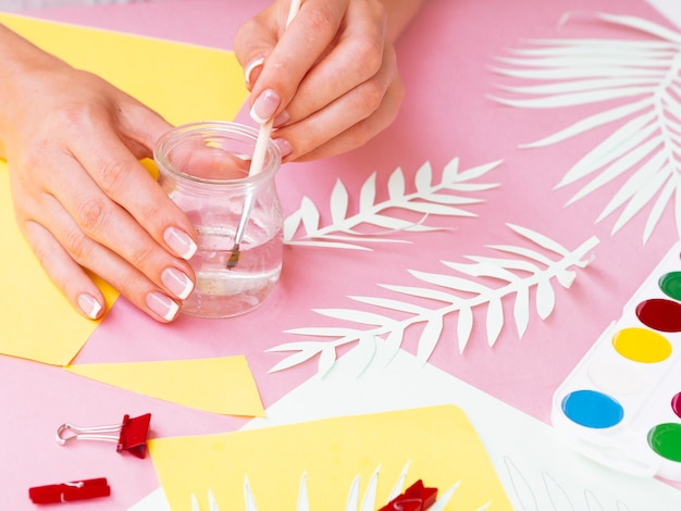 Hoge hoek van vrouw decoraties maken