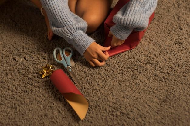 Hoge hoek van vrouw inwikkeling van cadeaus voor kerst