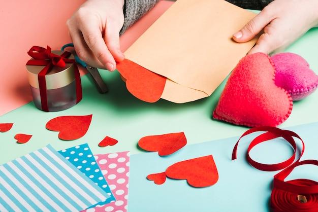 Hoge hoek van vrouw met papieren decoraties