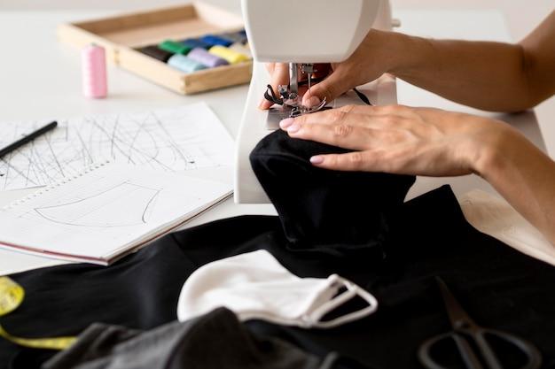 Hoge hoek van vrouw naaien gezichtsmasker