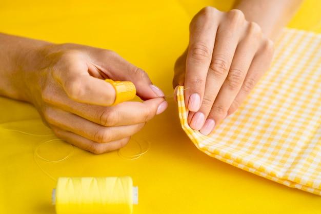 Hoge hoek van vrouw naaien textiel