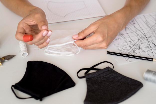 Hoge hoek van vrouw naaien