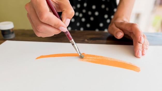 Hoge hoek van vrouw schilderij canvas met borstel
