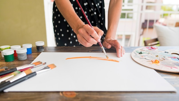 Hoge hoek van vrouw schilderij canvas met penseel en palet