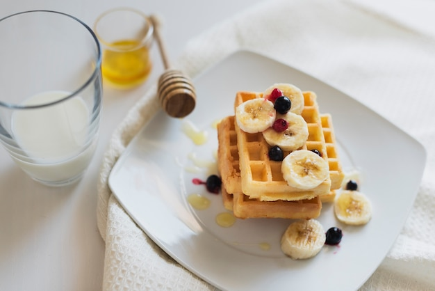 Hoge hoek van wafels en fruit op plaat