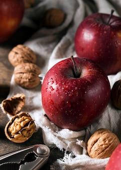 Hoge hoek van walnoten met herfstappelen