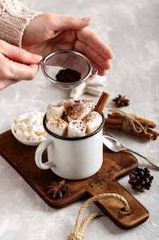 Hoge hoek van warme chocolademelk concept