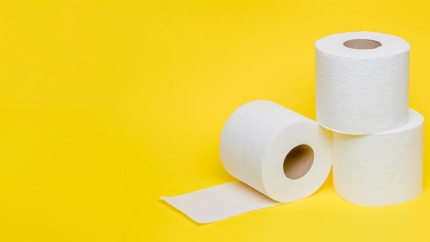 Hoge hoek van wc-papier rollen met kopie ruimte