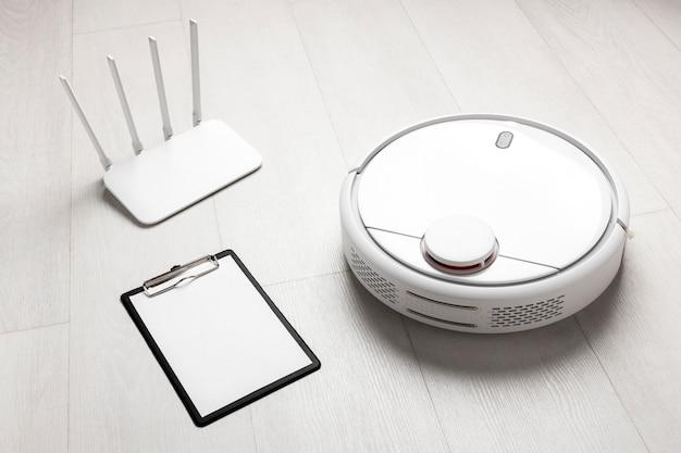 Hoge hoek van wifi-router met stofzuiger en klembord