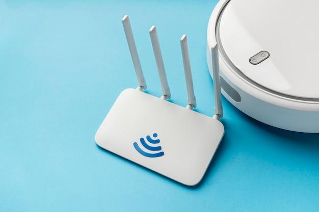 Hoge hoek van wifi-router met stofzuiger