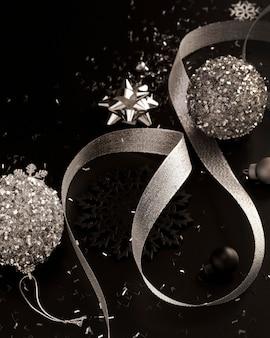 Hoge hoek van zilveren kerstversiering
