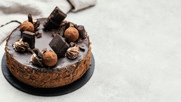 Hoge hoek van zoete chocoladetaart met exemplaarruimte