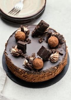 Hoge hoek van zoete chocoladetaart