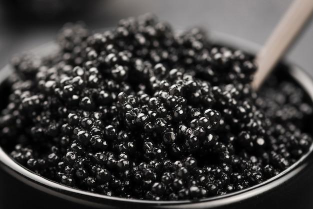 Hoge hoek van zwarte kaviaar