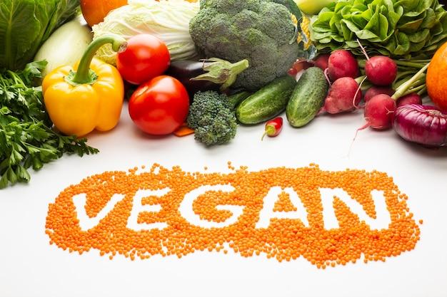 Hoge hoek vegan belettering op witte achtergrond