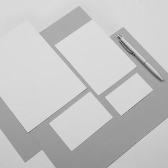 Hoge hoek vellen papier en pen
