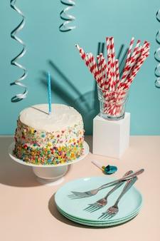 Hoge hoek verjaardagstaart en blauw bord