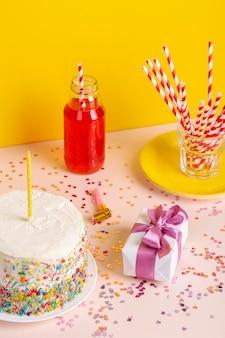 Hoge hoek verjaardagstaart en cadeau