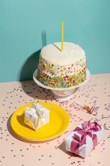 Hoge hoek verjaardagstaart en cadeautjes