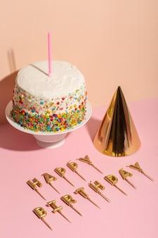 Hoge hoek verjaardagstaart en kaarsen