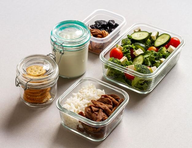 Hoge hoek verpakt voedsel arrangement