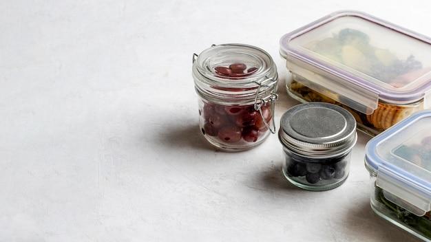 Hoge hoek verpakt voedsel met kopie-ruimte