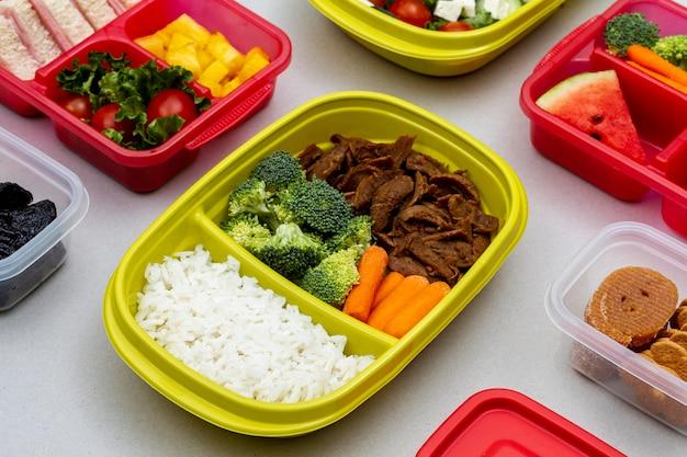 Hoge hoek verpakte groenten en fruit