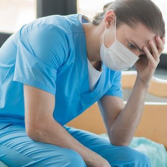 Hoge hoek verpleegster moe