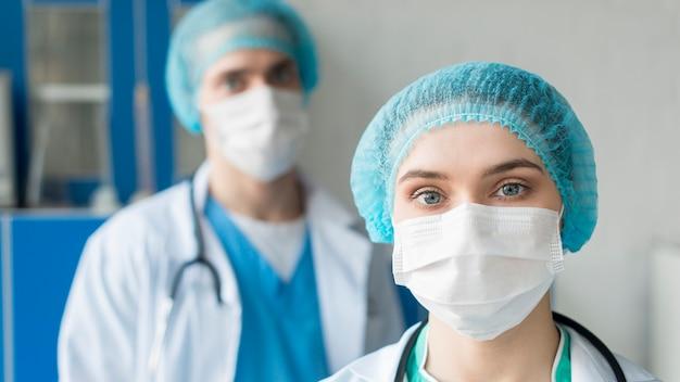 Hoge hoek verpleegsters in het ziekenhuis