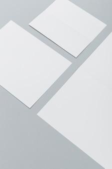 Hoge hoek verschillende formaten brochures