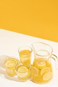 Hoge hoek verse limonade met kopie ruimte