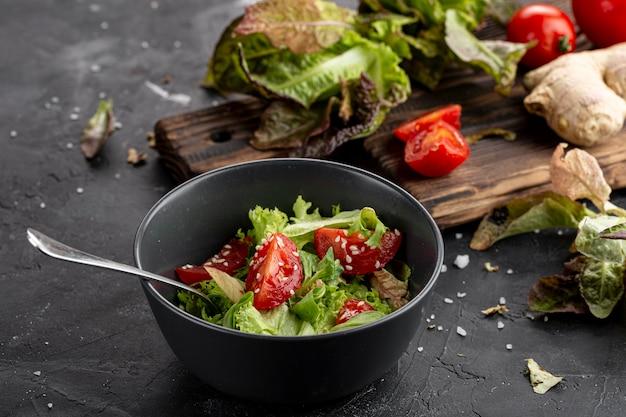 Hoge hoek verse salade in donkere kom