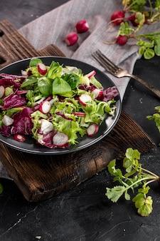 Hoge hoek verse salade op een houten bord